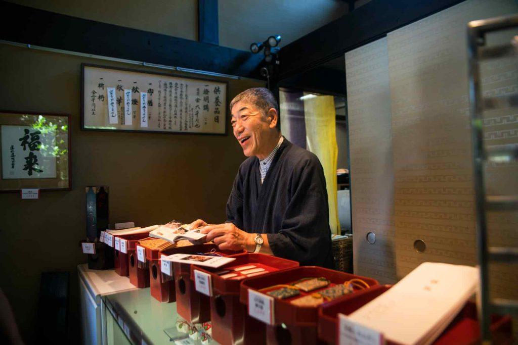 temple-worker-japan-kioto
